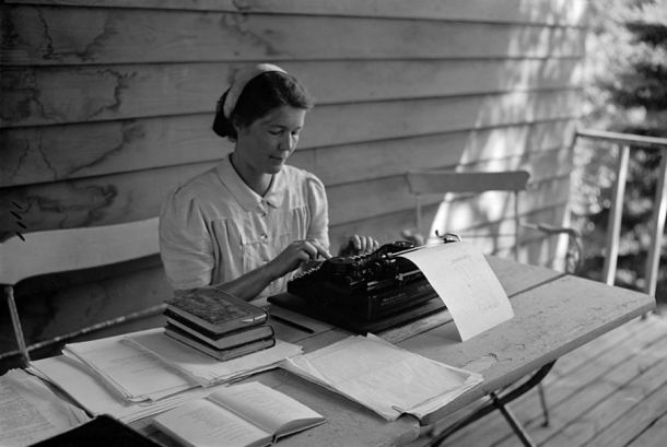 Aale_Tynni_writing_with_a_typewriter